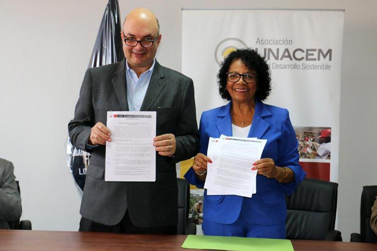 Ing. Armando Casis, Gerente General de Asociación UNACEM y la Sra. Lucy Barrera Machado Directora de la UGEL 01