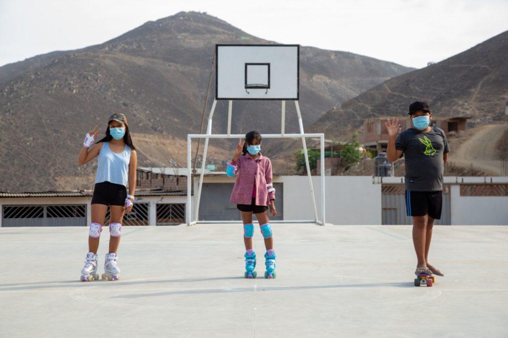 contribuimos en la construcción de 02 losas deportivas multiusos en Manchay, ubicadas en el AA.HH. San Pablo Mirador y la Asociación de Vivienda Bella Durmiente Retamal.
